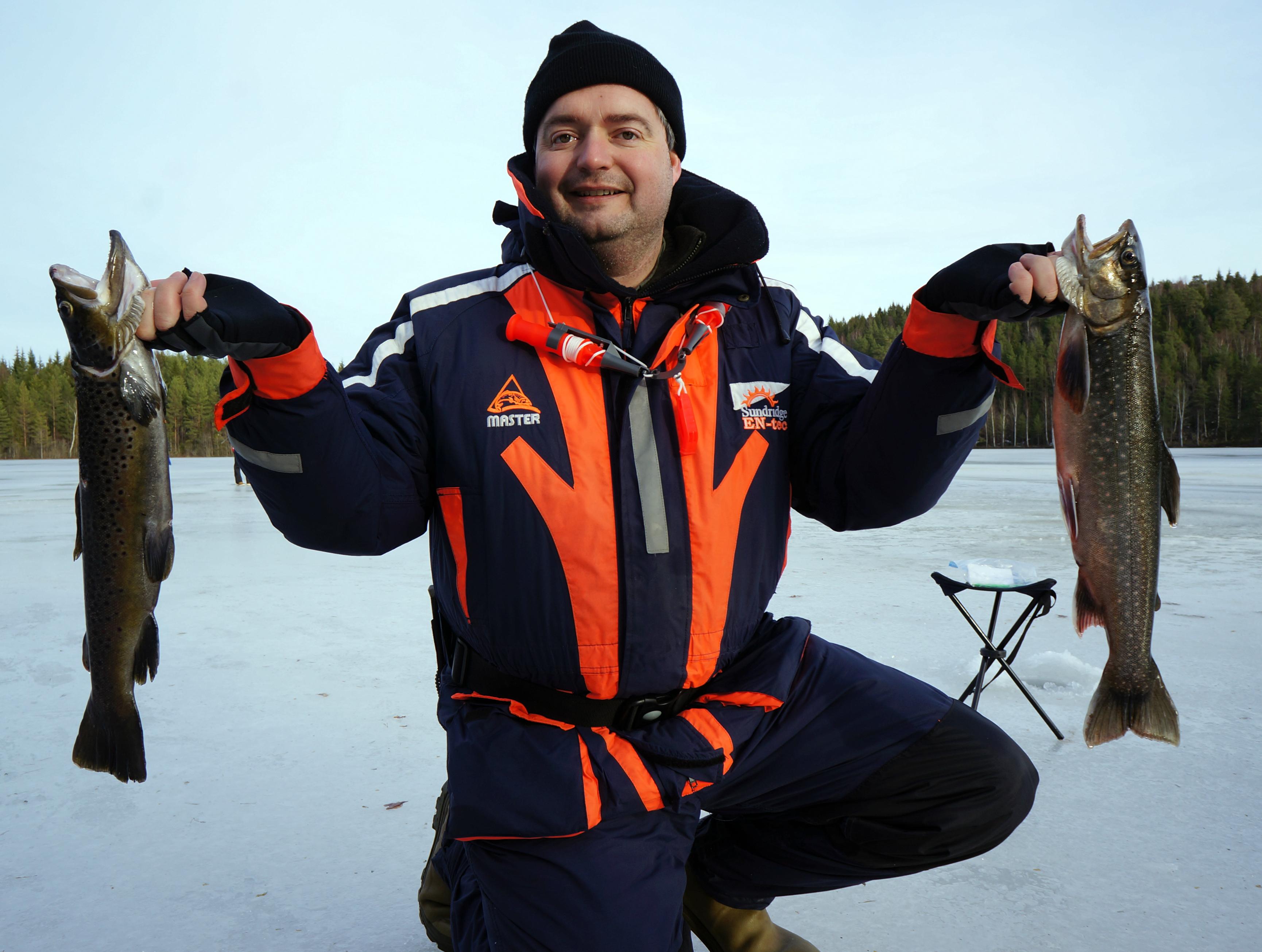 Bachforelle und Saibling beißen beim Eisangeln in Schweden.