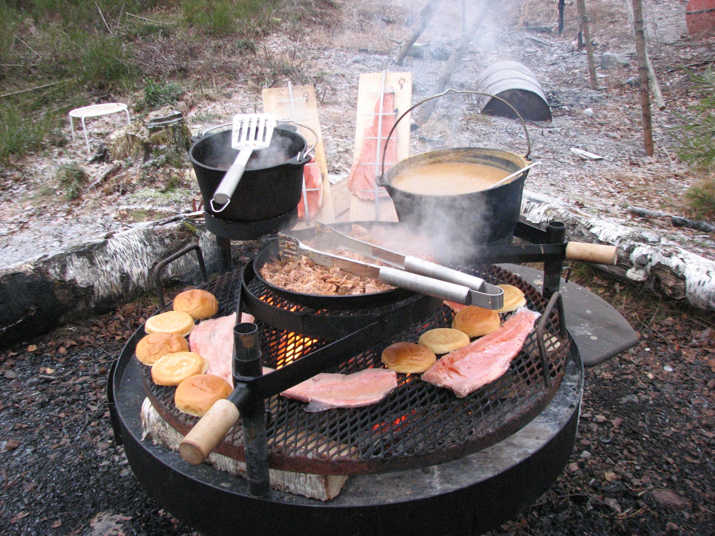 Burger und Fisch vom Grill machen hungrige Eisfischer glücklich.